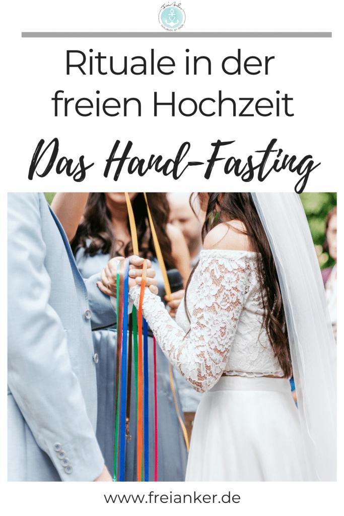 Handfasting mit bunten Bändern auf der freien Trauung