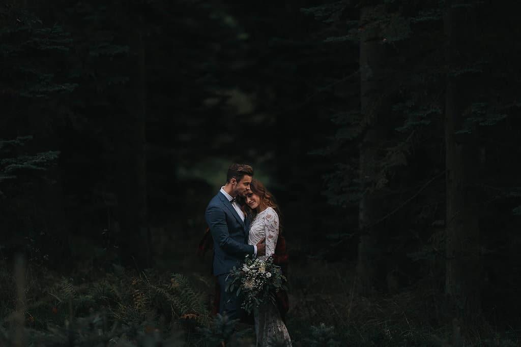 Erinnerungsrituale in der freien Hochzeit Brautpaar im Wald