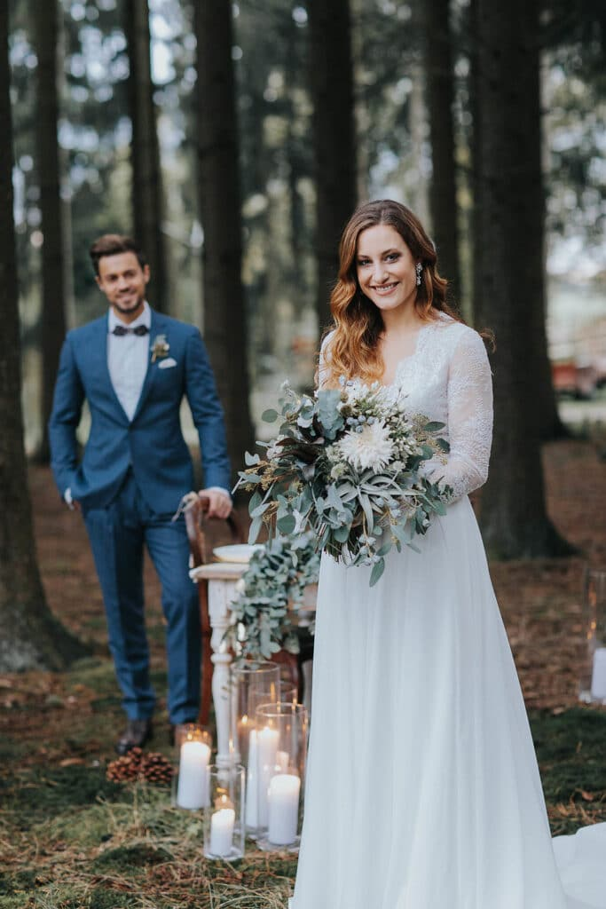 Erinnerungsrituale in der freien Hochzeit Brautpaar vor Trautisch Kerzenlicht
