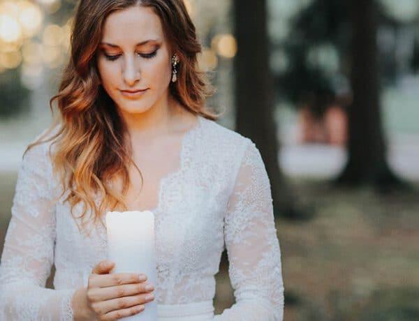 Erinnerungsrituale in der freien Hochzeit Braut mit Erinnerungskerze