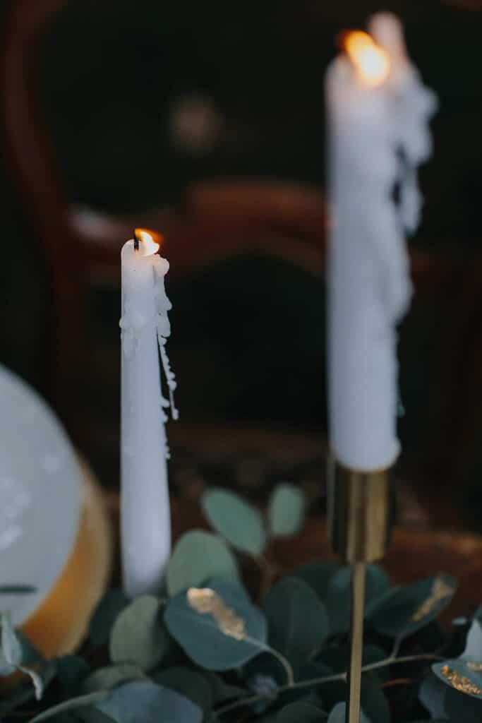 Erinnerungsrituale in der freien Hochzeit weiße Stabkerzen in Messingkerzenleuchtern