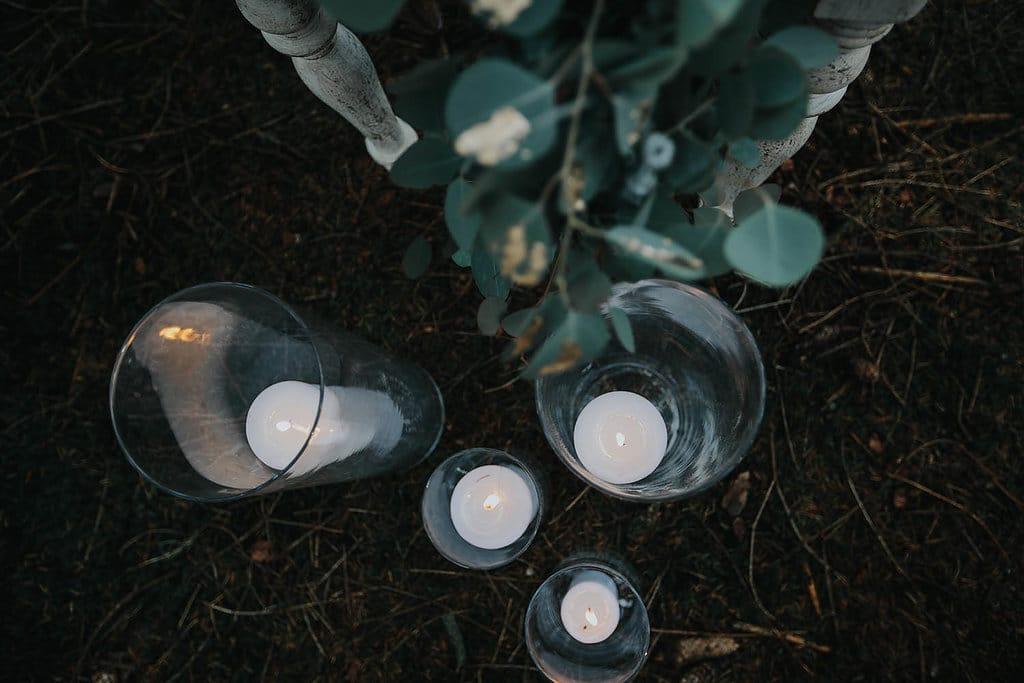 Erinnerungsrituale in der freien Hochzeit weiße Stumpkerzen in Windlichtern
