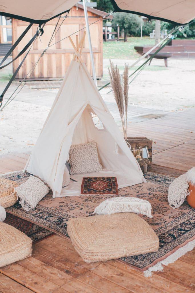 Lässige Hippie Strandhochzeit Tipi Zelt Chill Out Area