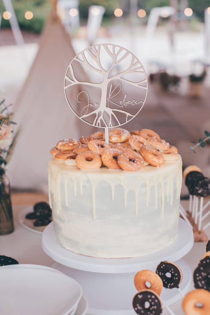 Lässige Hippie Strandhochzeit Hochzeitstorte mit Cake Topper aus Holz