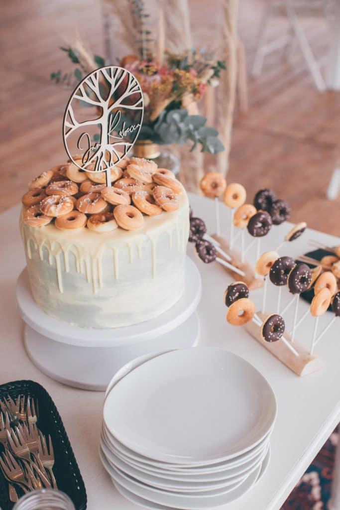 Lässige Hippie Strandhochzeit Hochzeitstorte mit Mini Donuts