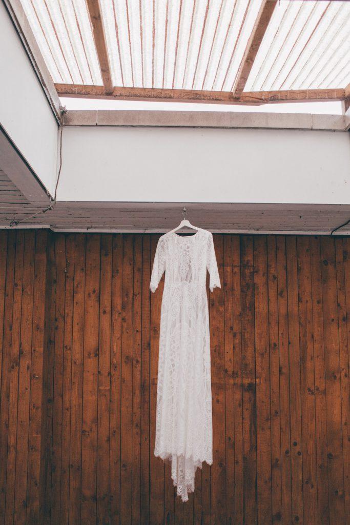 Lässige Hippie Strandhochzeit Getting Ready Brautkleid Kleiderbügel