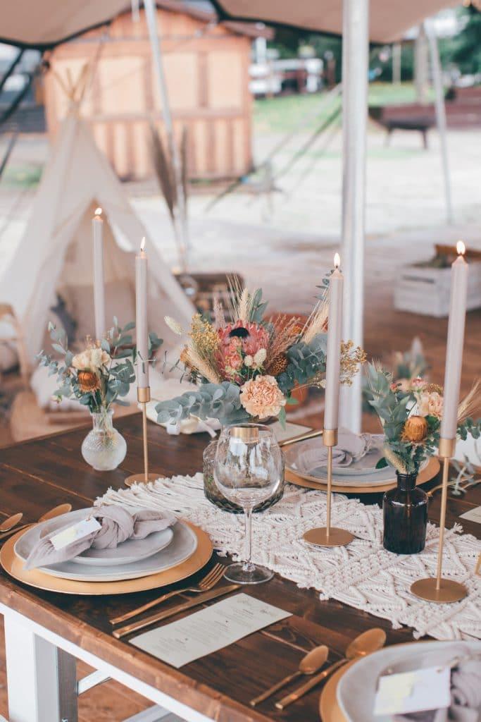 Lässige Hippie Strandhochzeit Tisch Deko mit Makrameeläufer