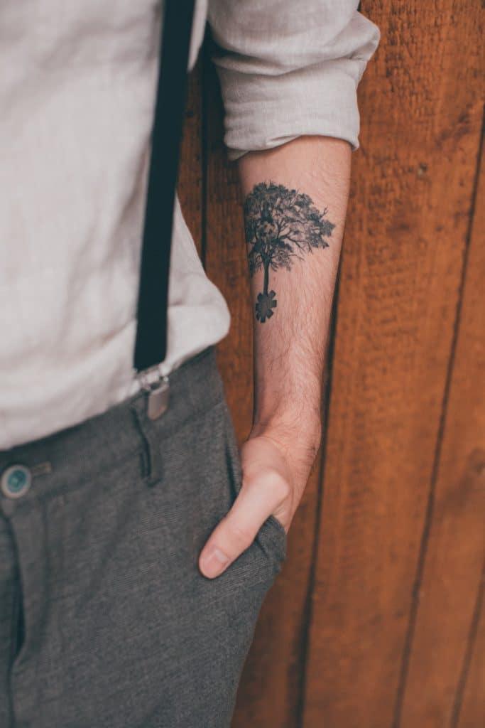 Lässige Hippie Strandhochzeit Bräutigam mit Lebensbaum Tattoo