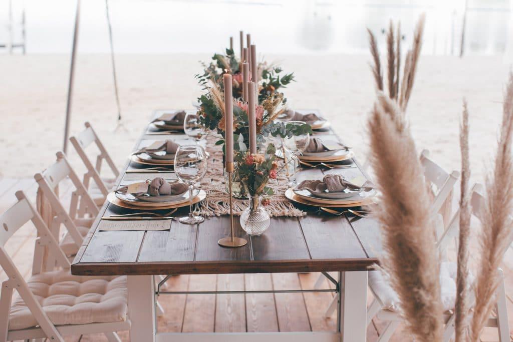 Lässige Hippie Strandhochzeit Tisch Deko Pampas Gras und Makramee