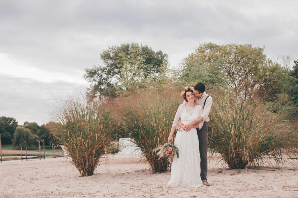 Lässige Hippie Strandhochzeit First Look Brautpaar mit den Füßen im Sand