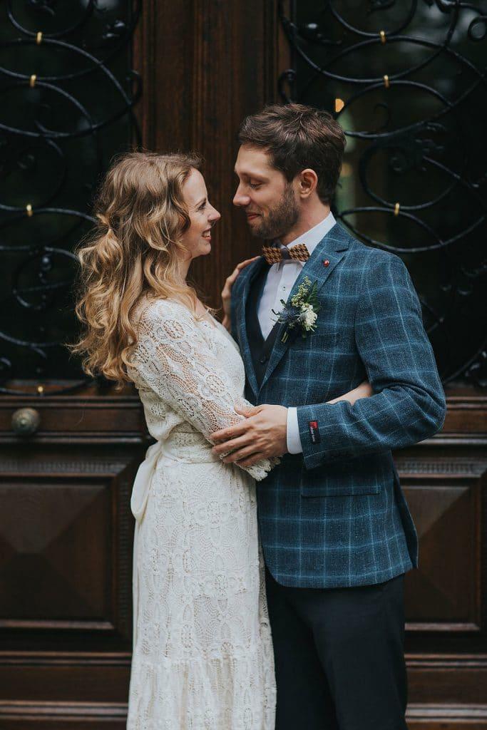 Brautpaar vor Holztür