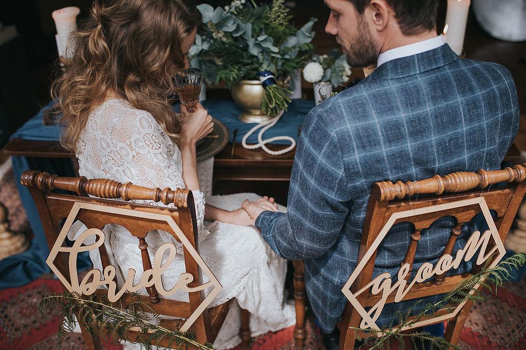 Brautpaar mit Bride und Groom Schildern Micro Wedding