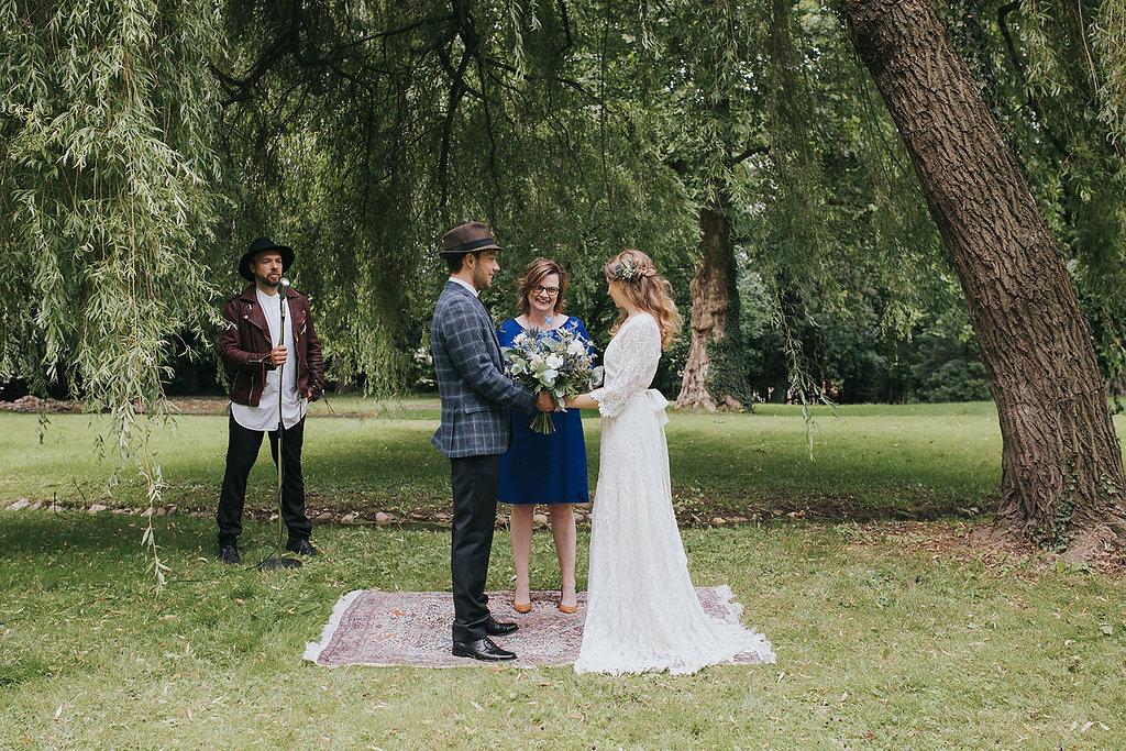 freie Trauung Brautpaar mit Traurednerin Claudia Geiger