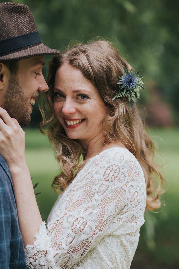 Braut mit offenen Haaren und Distel Haarschmuck