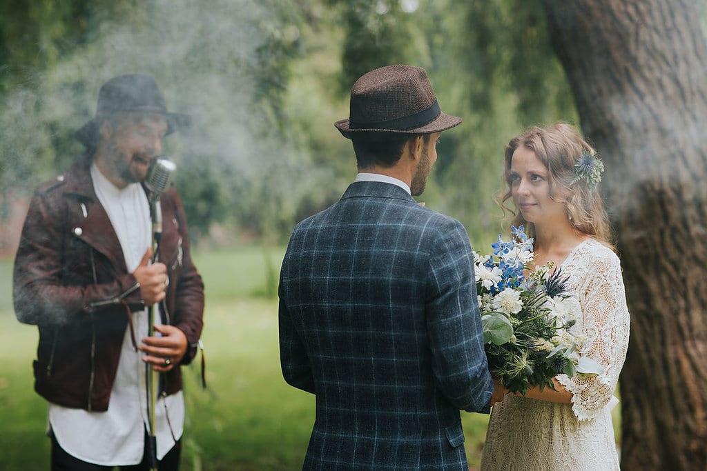 Brautpaar beim Eheversprechen auf freier Trauung