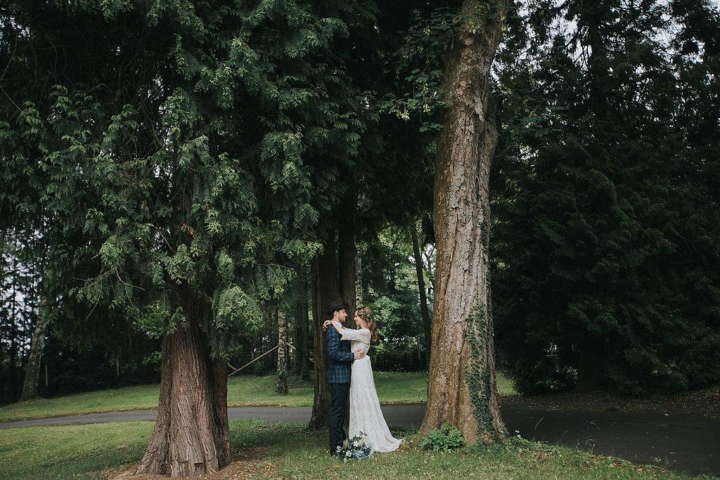 Brautpaar unter alten Bäumen