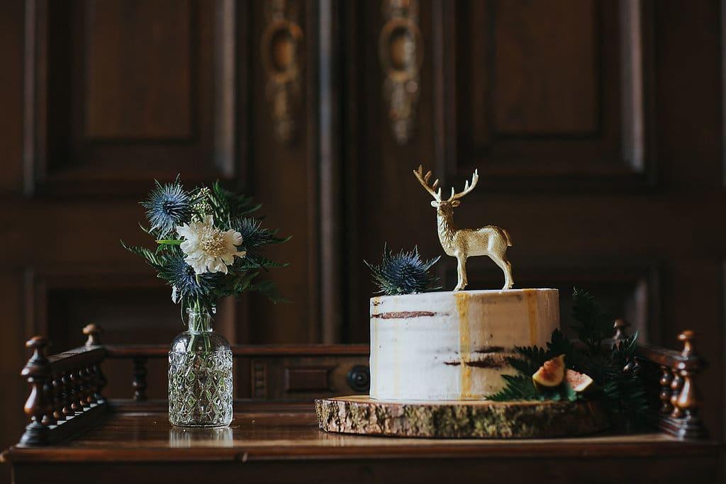 Semi Naked Hochzeitstorte mit goldenem Hirsch als Cake Topper