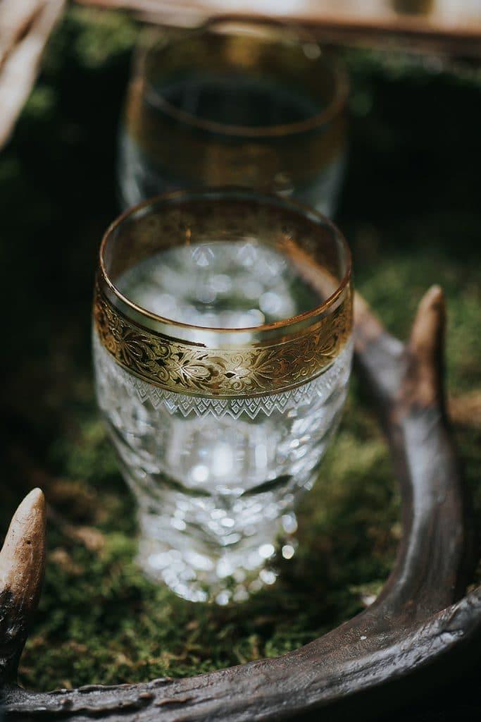 Whisky Bar für Team Groom in Holzkiste mit Moos