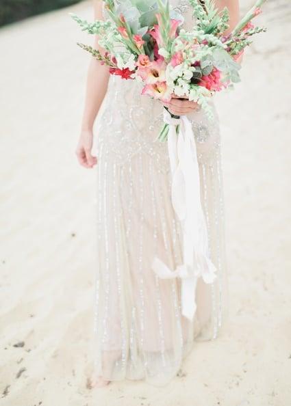Seidenbänder Fine Art Wedding Braut am Strand mit Brautstrauß