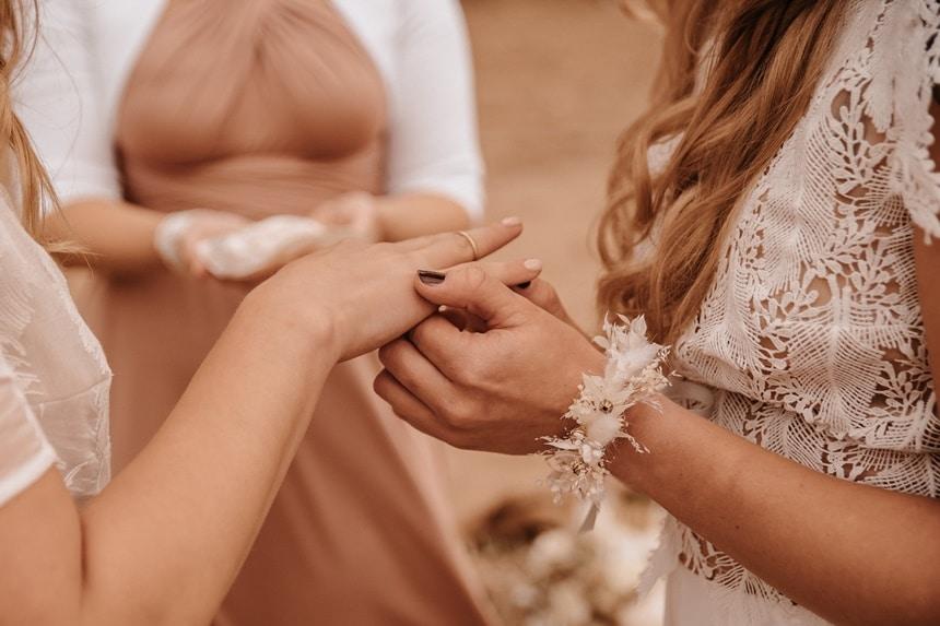 gleichgeschlechtliche Hochzeit Love is Love in Sky an Sand Beach Wedding