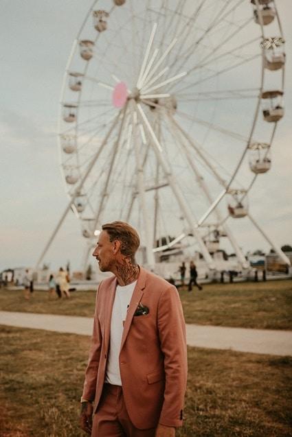 Unkonventionelle Hochzeit. Hochzeit mal anders feiern trotz Corona. Strand, Sand, Zirkus und ein Riesenrad
