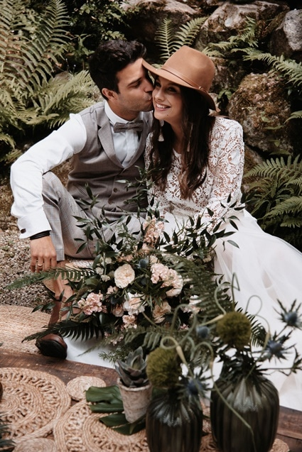 Greenery Boho Wedding - intime kleine Sommerhochzeit unter freiem Himmel Brautpaar Hut