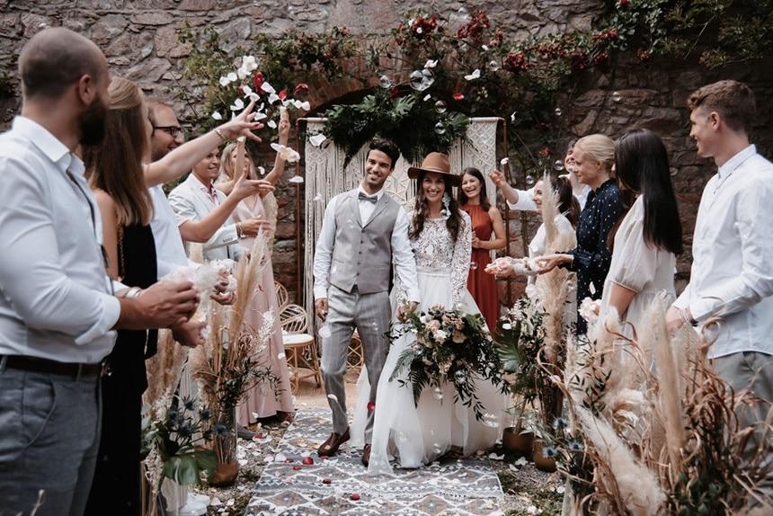Greenery Boho Wedding - intime kleine Sommerhochzeit unter freiem Himmel AUszug aus der freien Trauung