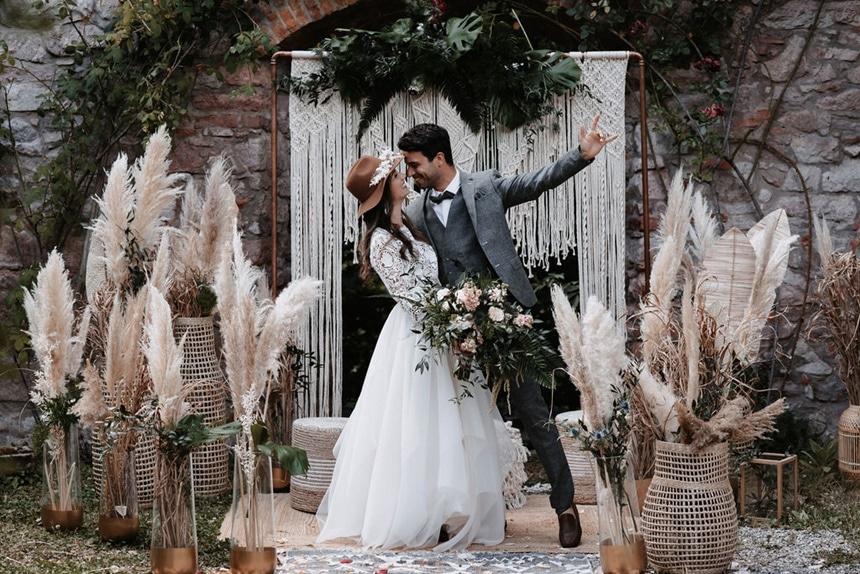 Greenery Boho Wedding - intime kleine Sommerhochzeit unter freiem Himmel Brautpaar Makramee Traubogen
