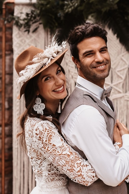 Greenery Boho Wedding - intime kleine Sommerhochzeit unter freiem Himmel Braut mit Hut und Häkelohrringen
