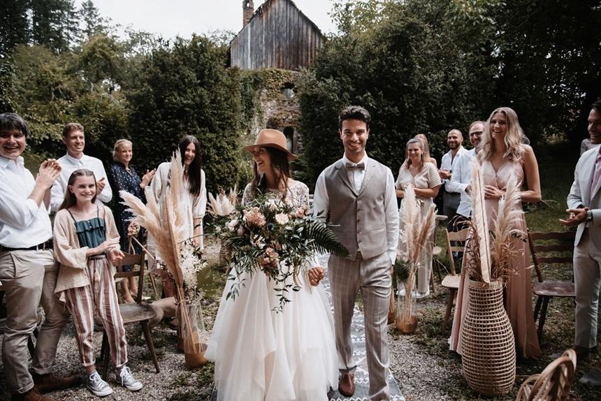 Greenery Boho Wedding - intime kleine Sommerhochzeit unter freiem Himmel Einzug freie Trauung