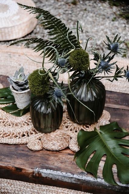 Greenery Boho Wedding - intime kleine Sommerhochzeit unter freiem Himmel Palmblatt Disteln