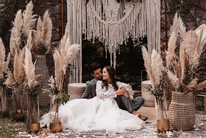 Greenery Boho Wedding - intime kleine Sommerhochzeit unter freiem Himmel Makramee Traubogen Pampasgras