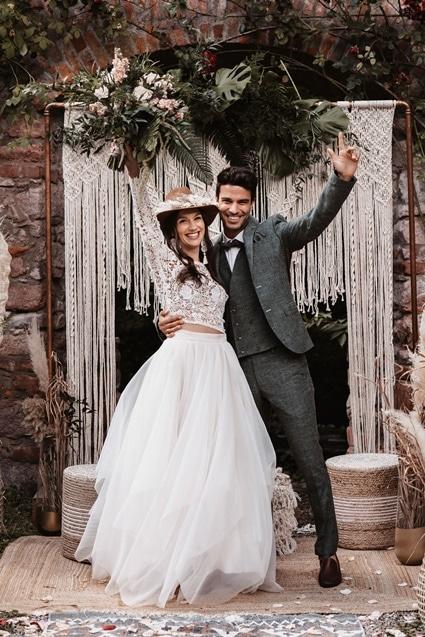 Greenery Boho Wedding - intime kleine Sommerhochzeit unter freiem Himmel Brautmit Hut