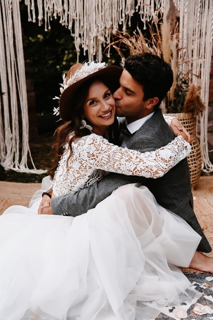 Greenery Boho Wedding - intime kleine Sommerhochzeit unter freiem Himmel küssendes Brautpaar