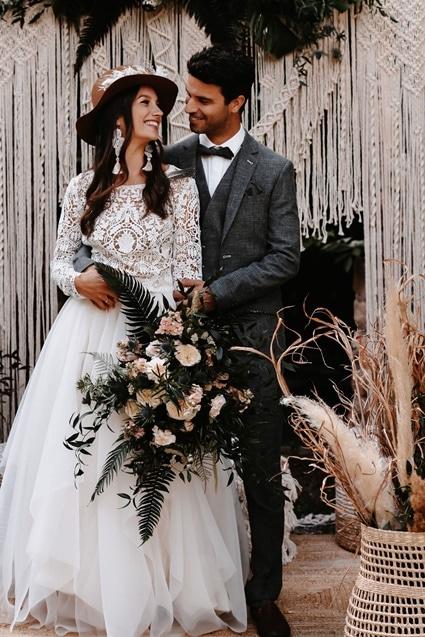 Greenery Boho Wedding - intime kleine Sommerhochzeit unter freiem Himmel Brautpaar