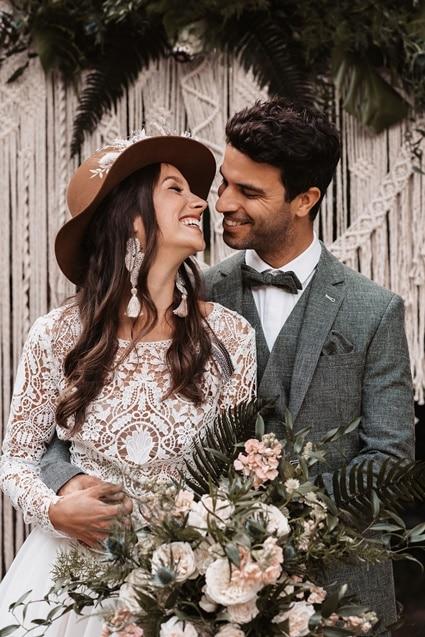 Greenery Boho Wedding - intime kleine Sommerhochzeit unter freiem Himmel Brautpaar Makramee