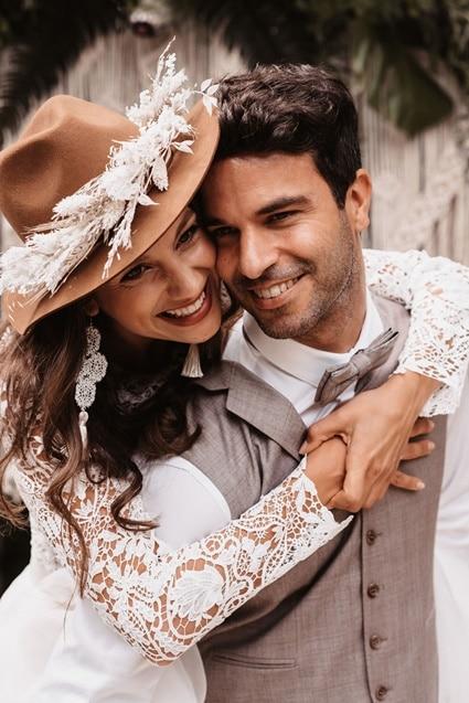 Greenery Boho Wedding - intime kleine Sommerhochzeit unter freiem Himmel Braut mit Hut