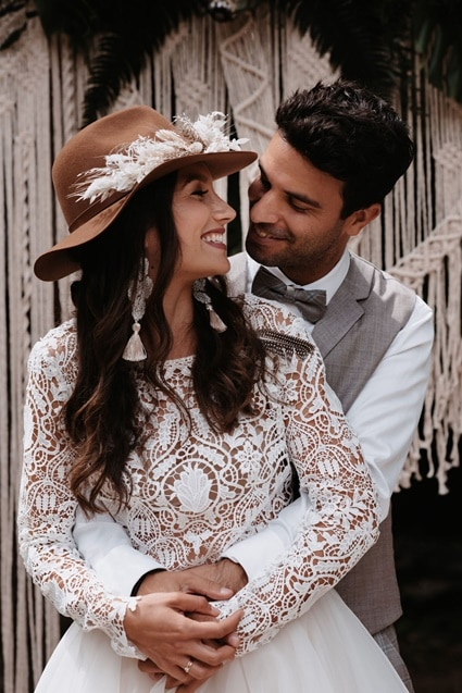 Greenery Boho Wedding - intime kleine Sommerhochzeit unter freiem Himmel Brautkleid mit Häkelspitze