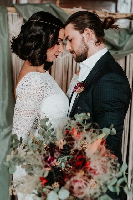 Boho Hochzeit mit orientalischen Elementen auf Burg Bergerhausen NRW bei Köln Brautpaar vor Traubogen