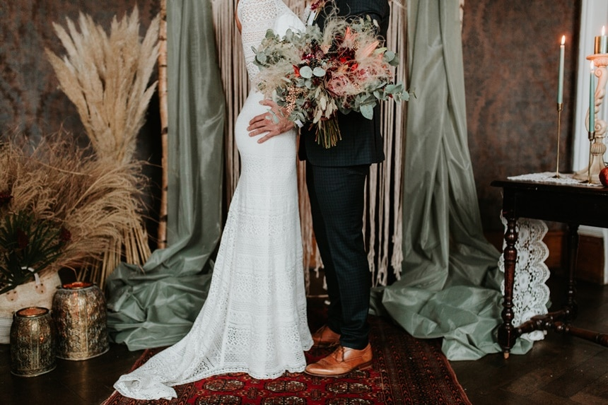 Boho Hochzeit mit orientalischen Elementen auf Burg Bergerhausen NRW bei Köln Brautpaar Orient Teppich