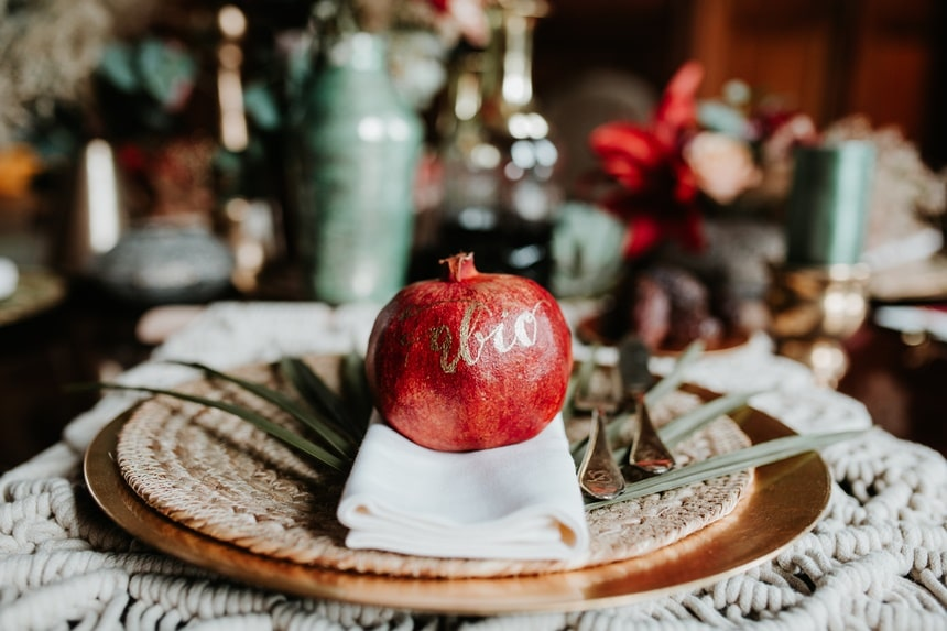 Boho Hochzeit mit orientalischen Elementen auf Burg Bergerhausen NRW bei Köln Tischdeko mit Granatapfel