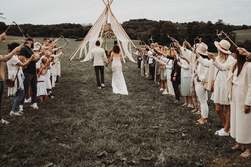 Sparkling Bali Night - Einzug Brautpaar freie Hochzeit Gäste Spalier