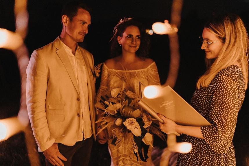 Sparkling Bali Night - Brautpaar bei Nacht Lichterketten freie Hochzeit