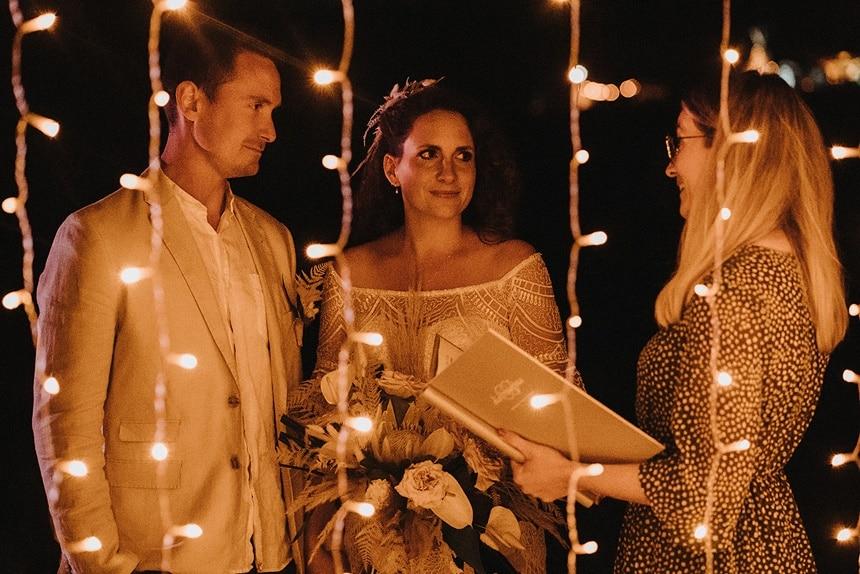 Sparkling Bali Night - Brautpaar bei Trauung vor beleuchtetem Traubogen