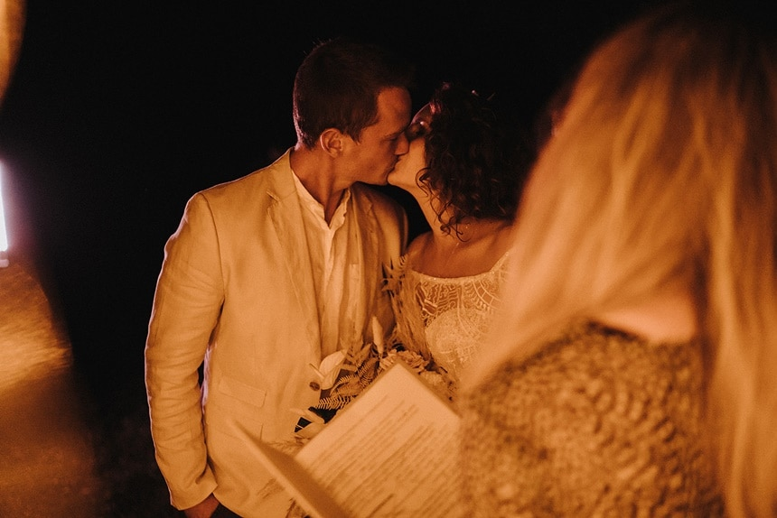 Sparkling Bali Night - Brautpaar bei Trauung Nacht