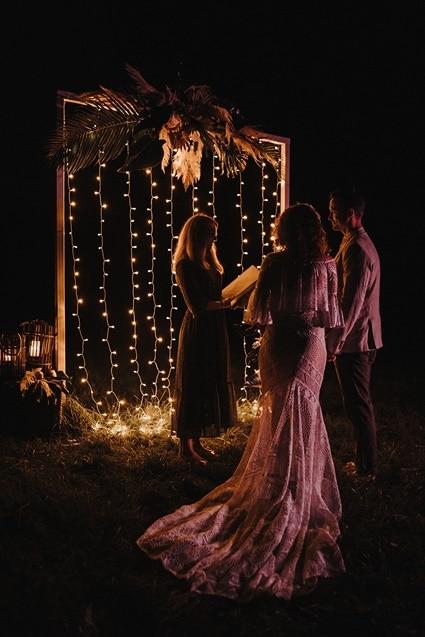 Sparkling Bali Night - illuminierter Traubogen freie Trauung bei Nacht