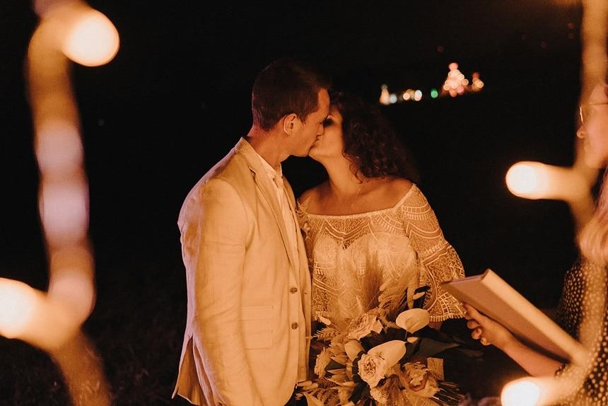 Sparkling Bali Night - küssendes Brautpaar bei Nacht