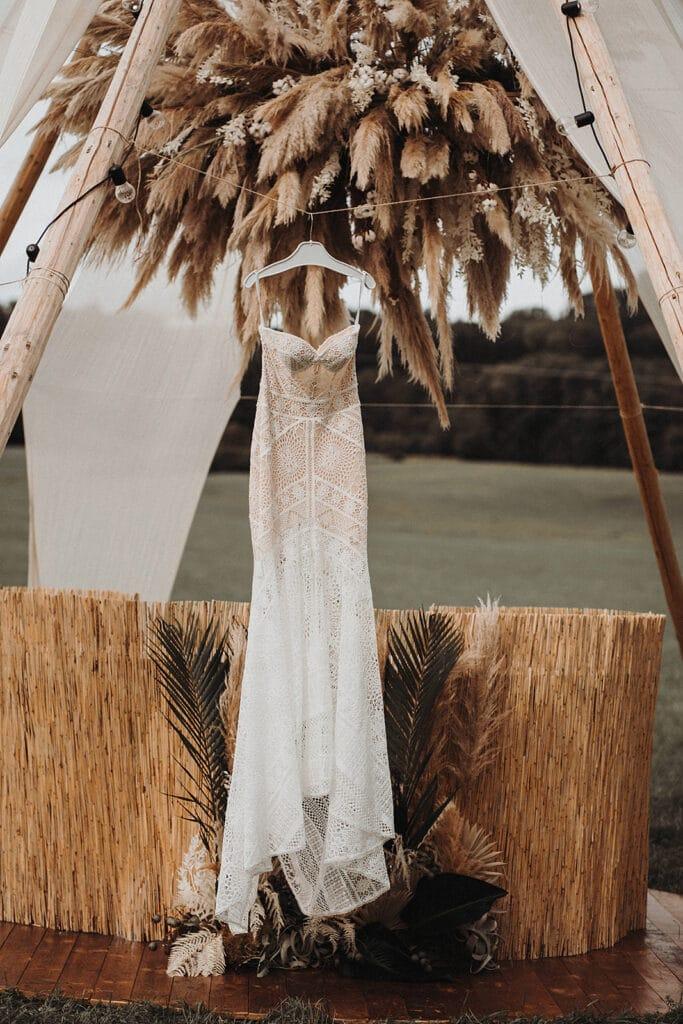 Sparkling Bali Night - Getting Ready Brautkleid vor Pampasgras Wolke