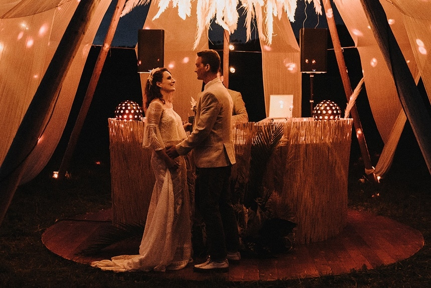 Sparkling Bali Night -tanzendes Brautpaar im beleuchteten Tipi