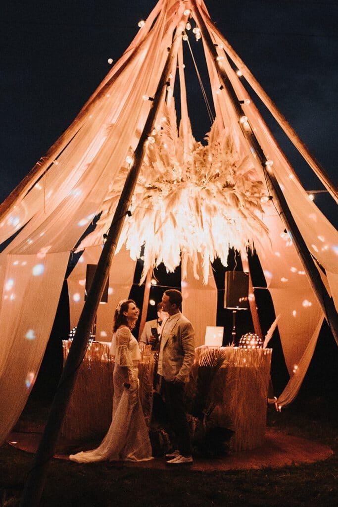 Sparkling Bali Night - tanzendes Brautpaar im beleuchteten Tipi Zelt
